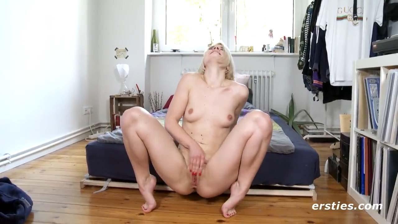 Nude girl squirting. Ein nacktes Mädchen ejakuliert. Masturbation video from Ersties. Female porn.